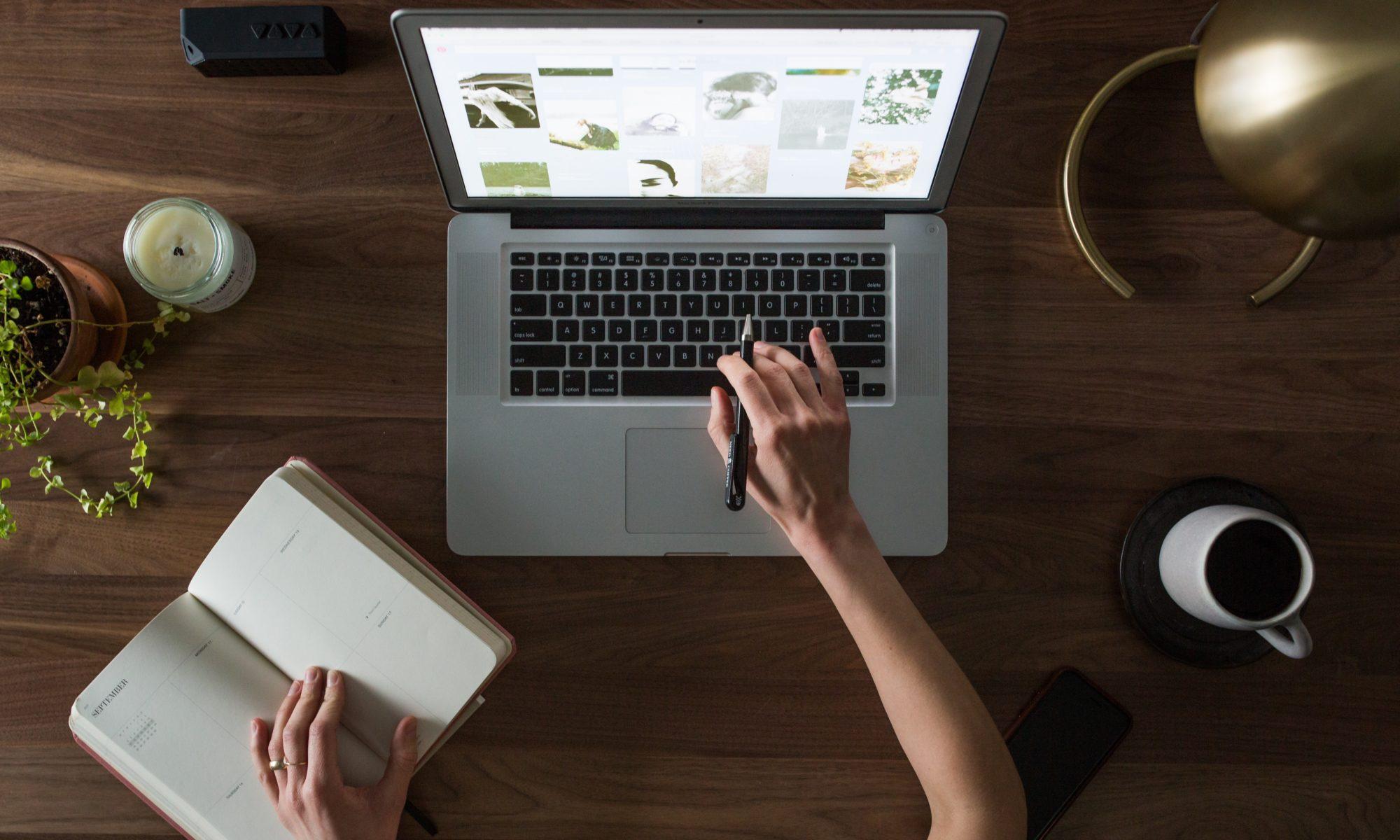 computer-desk-hand